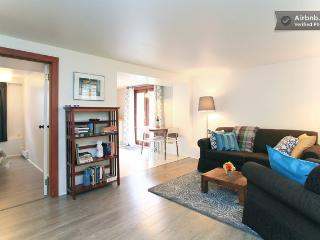 Elegant & charming private apartment with patio !, Vancouver