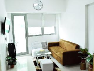 Short-Stay fully furnished 1BR condo w/ balcony, Quezon City