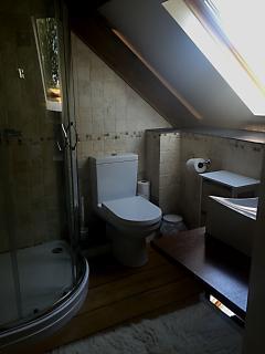 En-suite to twin bedroom 2