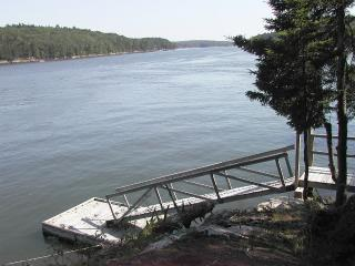 Newly renovated quiet, cozy cottage. Water accessible by stairs.