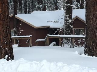 1920s Cabin 3 Bedrooms 2 Baths, sleeps 9, 3 mi Mountain High Ski Resort!, Wrightwood