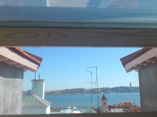 Janelas da Bica - magnificent tagus river view, Lissabon