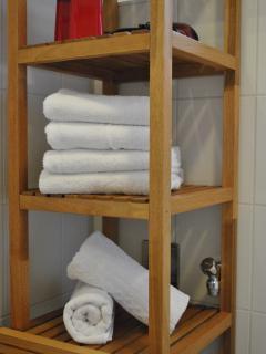 Zahnputzbecher, Fön, Erste Hilfe- Kästchen, Handtücher