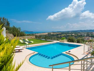 Holiday house with private heated pool,stunning sea & mountain views,BBQ,gardens