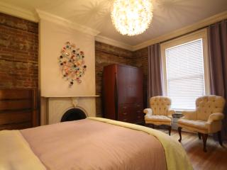 3 Queen Bedrooms!!! Sleeps 8 adults!!! TERRACE!, Ottawa