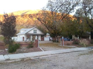 4 BR Pioneer Home-pet friendly,  Zions Nat.