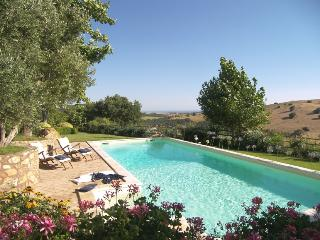Tuscany: beautiful, large, quiet villa in the country, sea view