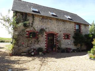 Charming Gite with Pool, Tennis Court & Games Room, Chateau-Gontier