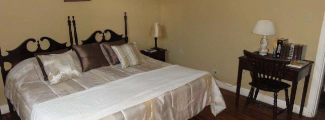 Habitación King con cama king size, baño privado, aire acondicionado, wifi, tv de 32 pulgadas.