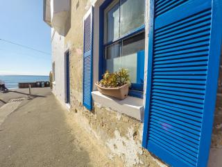 2 bed rooms, 10 steps to the water, Varonil