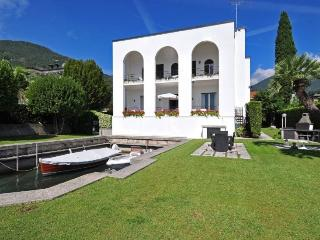 EXCLUSIVE VILLA by the Lake Garda. PRIVATE BEACH