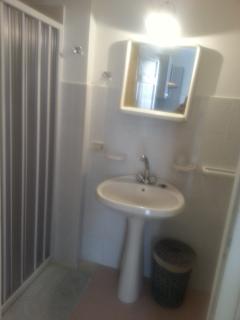 il bagno, completo di tutti gli accessori e della cabina doccia.