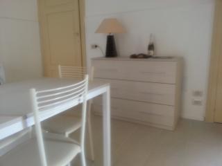 Il soggiorno-cucina arredato con colori chiari e luminosi.