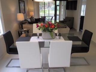 Lavish 2BR/2BA Condo. Mins to IMG/Beaches/Dining.