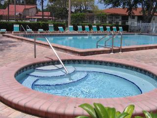 Modern Condo w/2 pools! IMG Academy 5 Mins. Proximity to Beaches/Anna Maria/SRQ
