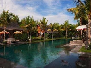 4BR Awesome Wooden holiday villa in Seminyak city