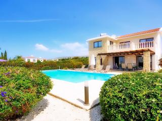 Villa With Private Pool & Car Hire Not Required, Peyia
