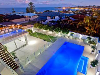 LIMELIGHT SLEEPING 16, Solar heated pool, Ocean views, 200m to Beach