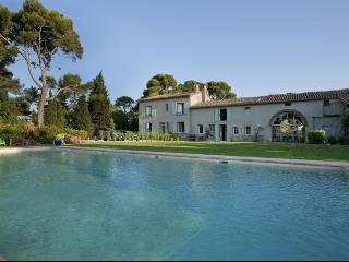 French farmhouse, tranquil grounds & private pool