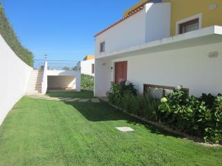 Luxurious, detached 3 bed & bath villa: big garden, includes heated pool & wifi, Obidos