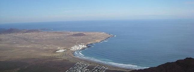 Vista aerea de Caleta de Famara desde el Risco