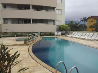 Seafront Apartment with A/C and balcony, Bertioga