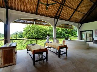 Frangipani Villas, Mambal