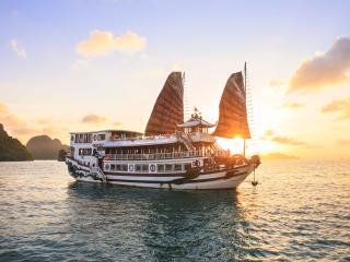 Royal Palace Cruise - 1 Deluxe Room for 2 People, Halong Bay