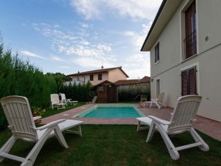 Bella Casa con piscina, 4 camere, 4 bagni, giardino e parcheggio privato