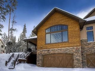 Spacious & Modern Luxury Duplex with Private Hot Tub & On-Call Winter Shuttle