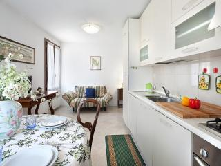 Solaris - bright 3rd floor flat with canal view, Venice