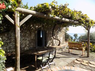 antica casa di pietre sul mare, Riposto