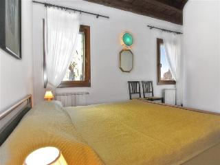 Cannaregio apartment with canal view and private courtyard, Venecia