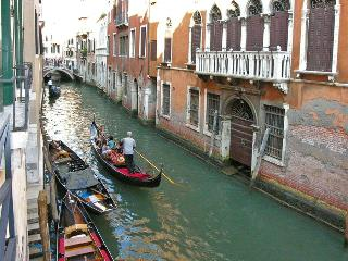 Centrally located apartment with Canal View, Venice