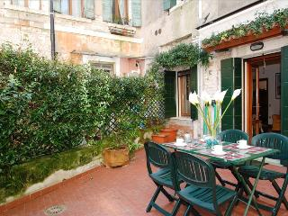 Serenissima apartment with courtyard in characteristic area, Venecia