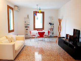 Gioachin - Modern and bright apartment in the popular Castello area, Venice