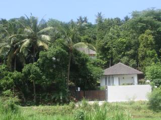 Huis gezien vanaf de sawah met aan de voorzijde woning van de beheerder