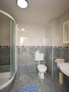 A7 (2+2): bathroom with toilet