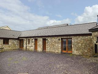 HEN STABL, woodburning stove, WiFi, patio, ground floor double bedroom and bathroom, near Llangoed,  Ref 27846