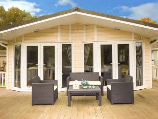 THE BOATHOUSE LODGE, private hot tub, great on-site facilities, WiFi, Tattershall, Ref 918875