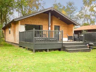 SUNSET LODGE, on-site facilities, private hot tub, WiFi, Tattershall, Ref 918876