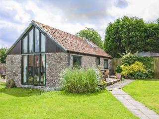 CROFT COTTAGE, detached, parking, private patio, shared lawn, in Shepton Mallet, Ref 923627