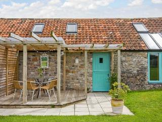 SUNSET COTTAGE, detached, en-suite, parking, private patio, shared lawn, in Shepton Mallet, Ref 923628