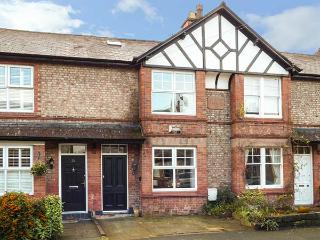 RAINTON COTTAGE, period cottage, en-suite, enclosed garden, WiFi, in Hale, Ref