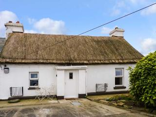 WHISPERING WILLOWS - THE THATCH, luxury thatched cottage, romantic retreat, multi-fuel stove, Malin Head, Ref 928919