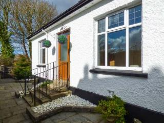 CHY LOWEN, pet-friendly bungalow, enclosed patio, shop and pub within walking