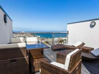 3 QUAY COURT, pet-friendly luxury townhouse, sea views, WiFi, roof terrace, in Newquay Ref 931960