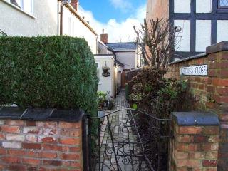 PRIMROSE COTTAGE, 200 year old character cottage, open fire, in Brinklow