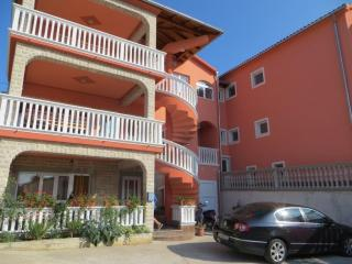 Two-Bedroom Comfortable Apartment Matea near the fesitval site in Tisno A (4+2 P
