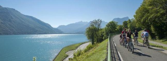 La fameuse piste cyclable qui fait le tour du lac d'Annecy.  30min pour aller à Annecy en vélo